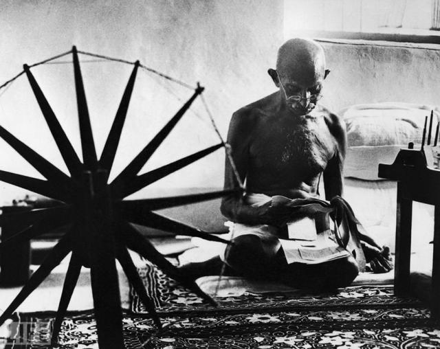 Великая душа (The Great Soul, Margaret Bourke-White, 1946). Махатма Ганди рядом со своей прялкой — символом ненасильственного движения за независимость Индии от Великобритании.