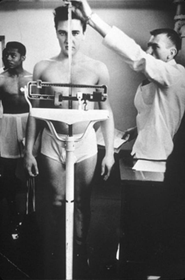 В то же время, он проживал не в казарме, а в отдельной квартире, у него была возможность общения с друзьями и родственниками. Однако за это время, несмотря на неформальные предложения, он не дал ни одного выступления. Зная это, прямо перед уходом Пресли записал материал, чтобы его выпускали RCA Records в его отсутствие.