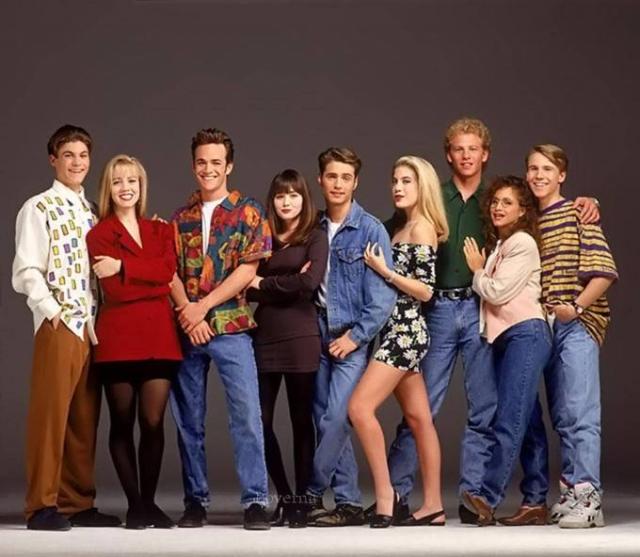"""""""Беверли Хиллс 90210"""" . Всего год после старта в эфире сериал о жизни двойняшек Брендона и Бренды, приехавших из Миннесоты в элитный квартал Лос-Анджелеса, стал одним из любимых сериалов США и Европы."""
