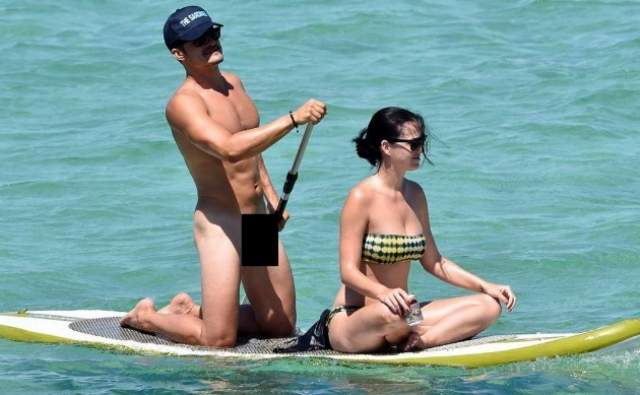 Фотографии обнаженного Орландо Блума. 39-летний актер ездил отдыхать в Италию, где полностью обнажился. Причем дело было не на нудистском пляже, а просто у берегов Сардинии. Более того, заметив на берегу папарацци, Блум повернулся к ним и продемонстрировал себя во всей красе.
