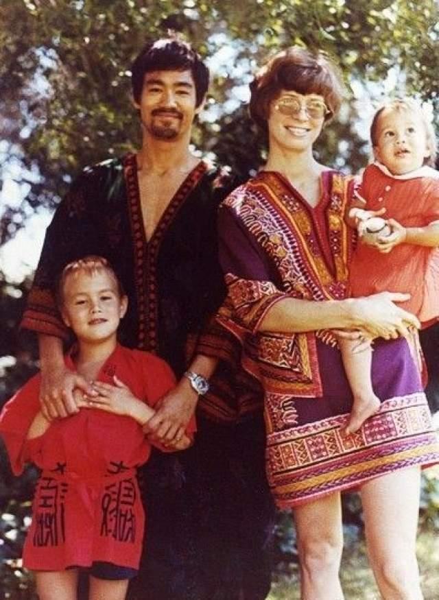 Брюс Ли. Актер познакомился с будущей женой в Вашингтонском университете. Линда Эмери родила ему двоих детей: сына Брэндона, который трагически погиб прямо на съемках , и дочь Шеннон.