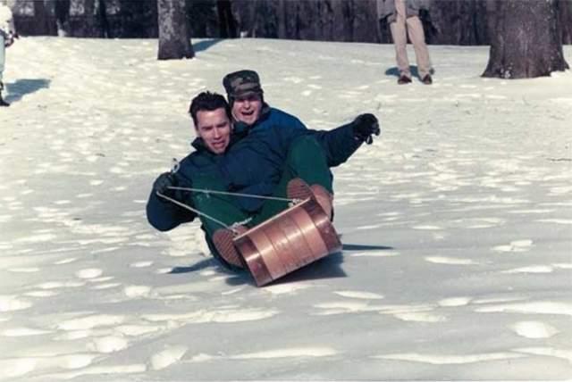 С президентом Джорджем Бушем-старшим катаются на санках, 1991 год.