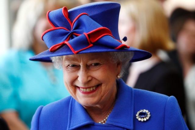 """Королева Елизавета II обычно славится своими изысканными нарядами. Но с шляпками у правительницы порой случается """"перебор""""."""