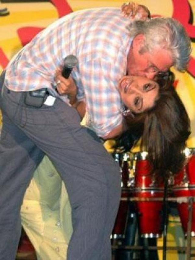 Поведение Ричарда Гира однажды вызвало массу протестов со стороны жителей Индии: индийцев возмутило, что актер поцеловал победительницу шоу Большой брат, 31-летнюю индийскую актрису Шилпу Шетти , на благотворительном мероприятии в Нью-Дели.