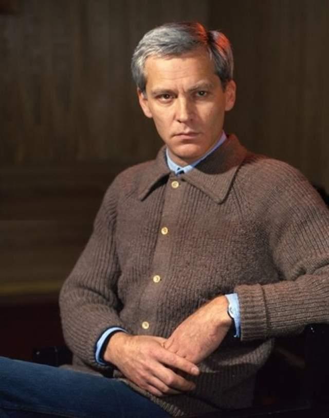 Именно так актер подорвал здоровье, у него открылась язва желудка, а в 1995 г. он скончался.