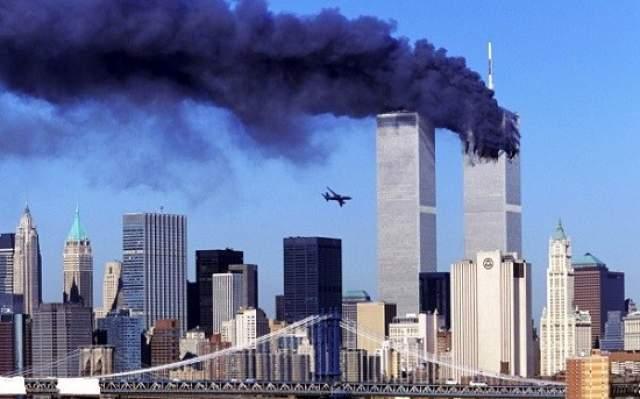 11 сентября 2001 года. Самолет со смертниками и заложниками на борту менее чем через секунду влетит во вторую башню Всемирного торгового центра.
