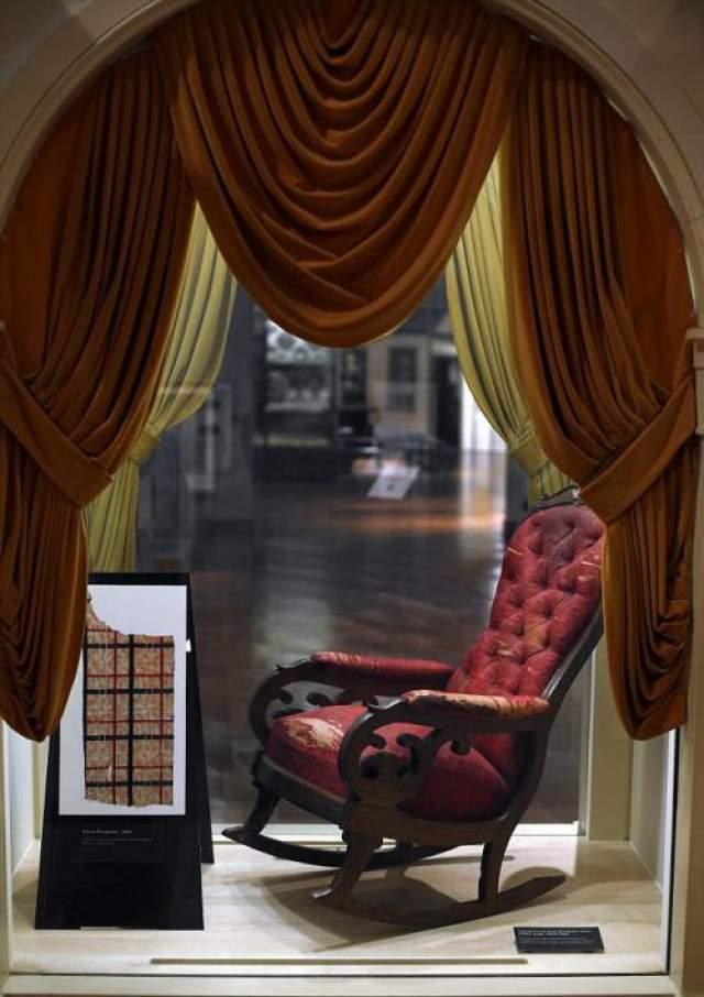 Кресло, в котором был убит Авраам Линкольн - теперь музей экспонат.