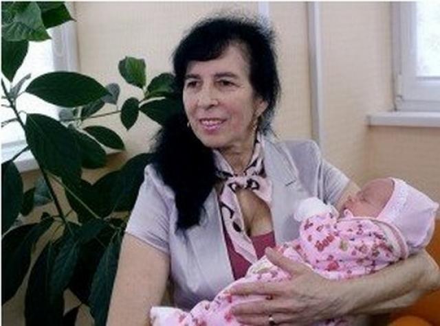 Россиянка Наталья Суркова - старейшая мать России. В 1996 году 57-летняя женщина, уже имевшая двух взрослых детей, родила дочь. При рождении девочка весила 3,45 кг. и имела рост 51 см.