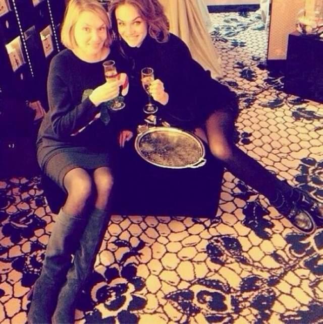 "Алена Водонаева и мама Лариса. Старшая Водонаева - преподаватель экономики в университете. Также известно, что родители звезды ""Дома-2"" вместе с 7 класса школы."