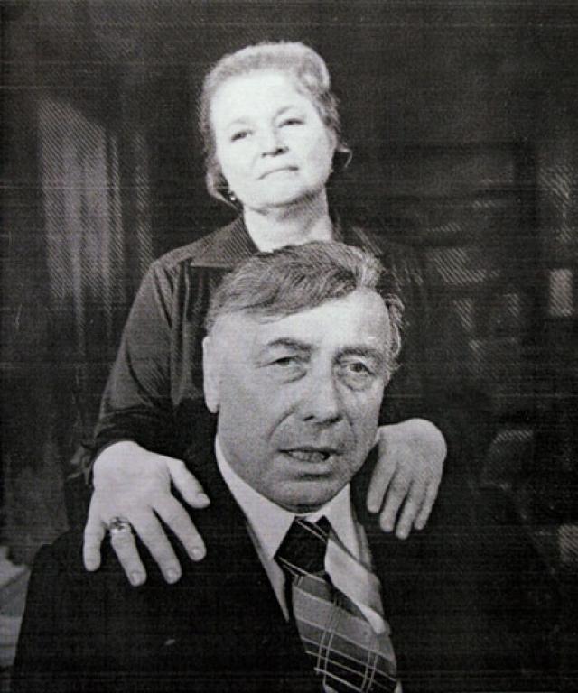 С 9 мая 1945 года Анатолий Папанов был женат на актрисе Надежде Юрьевне Каратаевой, с которой прожил всю жизнь. В этом браке в 1954 году родилась дочь, Елена Папанова, ставшая позже актрисой Театра им. Ермоловой.