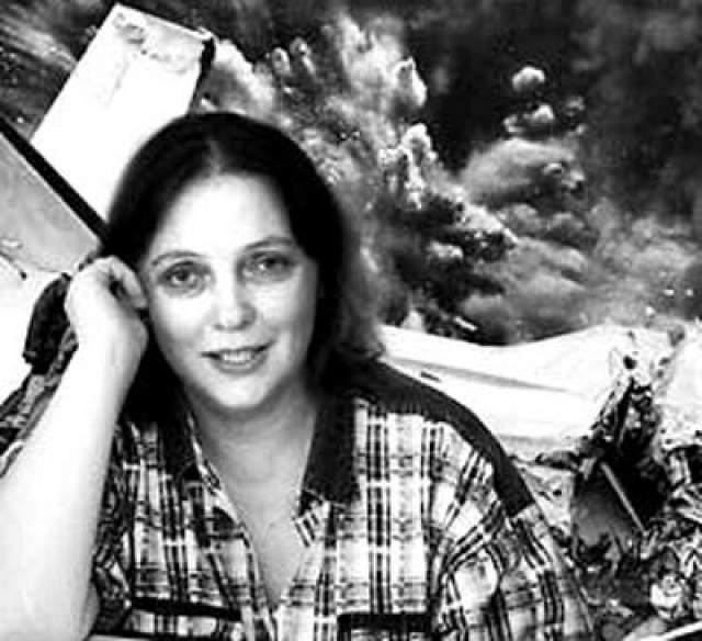 Из обломков самолета она построила себе подобие хижины, чтобы спасаться от дождей, согревалась чехлами с сидений и укрывалась пакетами от комаров. Спасатели нашли ее через два дня после катастрофы.