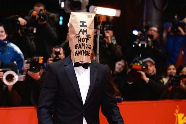 """Шайа ЛаБаф. Звезда """"Трансформеров"""" в 2014 появился на кинофестивале в Берлине с бумажным пакетом на голове с надписью """"я больше не знаменит"""". Пользователи тогда шутили, что таким образом он прячет свою ужасную бороду."""