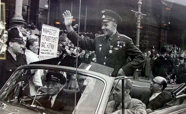 """На что королева ответила: """"Вы напрасно смущаетесь. Я выросла в Букингемском дворце, но до сих пор тоже плохо разбираюсь в назначении этих приборов"""". Она взяла простую ложку и вместе с Гагариным стала есть паштет из омаров."""