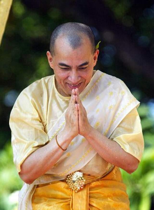 Помимо этого, король Камбоджи жил полгода в монастыре, став буддистским монахом.