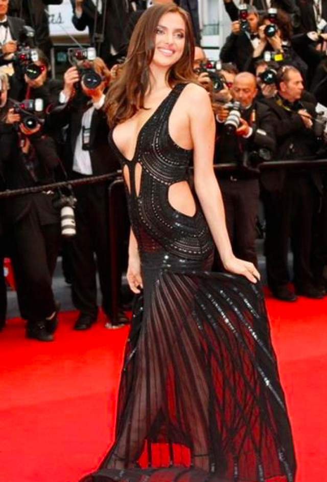 """31-летняя модель Ирина Шейк решила затмить """"конкуренток"""" на красной дорожке с помощью откровенного платья от Roberto Cavalli."""