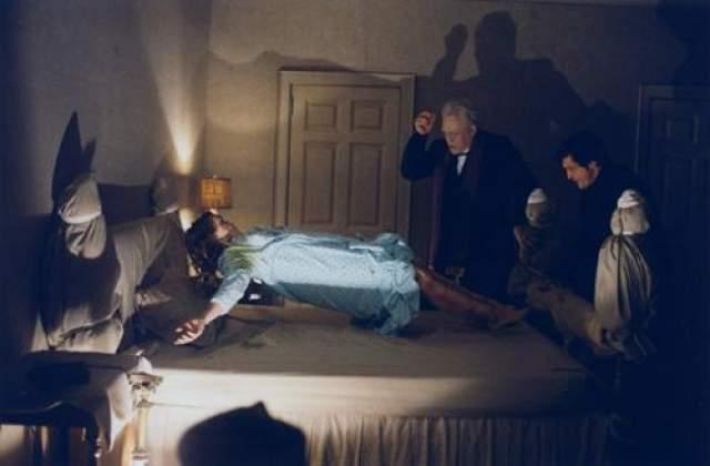 """""""Изгоняющий дьявола"""" Выпущенный в 1973-м году, фильм рассказывал о 12-летней девочке по имени Риган, которая стала одержима древним демоном. Два католических священника пытаются изгнать демона из тела девочки. Кадр из фильма"""