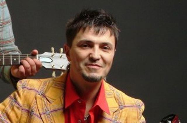 Другой солист группы, Алексей Потехин, пишет сейчас классическую музыку.