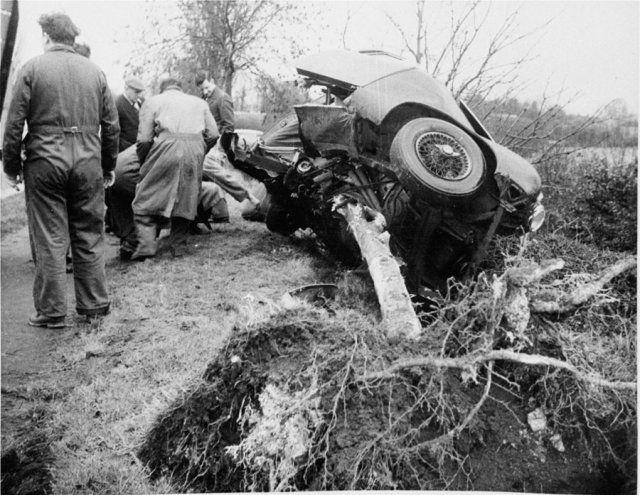 По одной из версий, он и его друг Роберт Уолкер устроили гонки на дороге общего пользования, и едва Хоторну удалось обогнать Mercedes-Benz Gullwing соперника, он потерял управление и врезался во встречный грузовик Bedford.