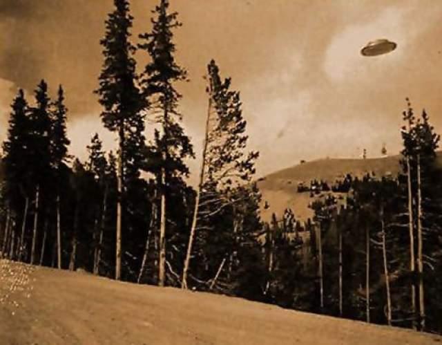 Этот снимок НЛО был сделан в штате Орегон, жители полагают, что в объектив камеры действительно попали внеземные цивилизации. Фото сделано добровольцем из пожарного отделения еще в 1927.