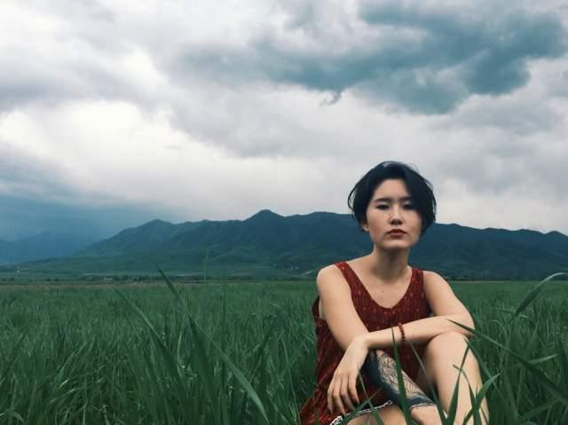 Она рисует сюрреалистичные картины, публикует в Instagram необычные фото, не приемлет роскошь, лишнее внимание, и в лучших традициях хиппи призывает всех быть свободными, любить природу и естественность.