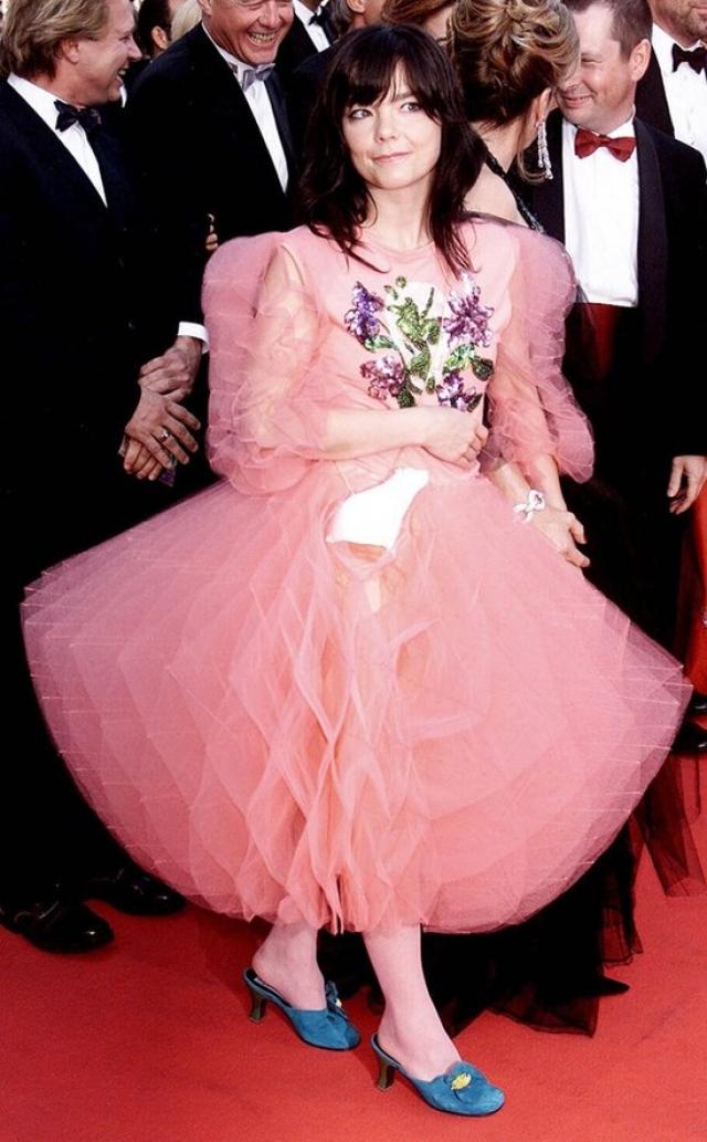 Бьорк посетила Каннский кинофестивать в платье, купленном в детском отделе универмага.