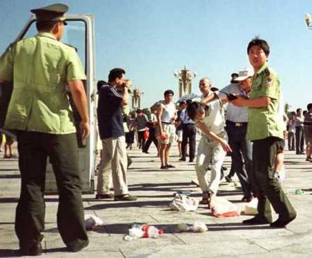 Примерно в 11 часов они вышли на одну из самых оживленных торговых улиц столицы Ванфуцзин и выпили ядохимикаты, пытаясь от безысходности покончить с собой.