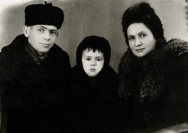 """""""Маму пытались лечить, возили в Москву, оперировали в институте Бурденко, но безрезультатно. Врачи говорили, что болезнь спровоцировала травма головы, когда отец ударил ее"""", — рассказал однажды Садальский."""