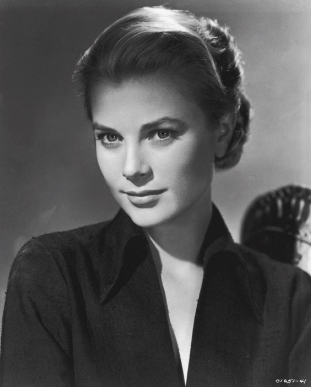 Грейс Келли. В начале своей кинокарьеры красавица работала фотомоделью, после играла на Бродвее и очень скоро сумела покорить весь Голливуд.