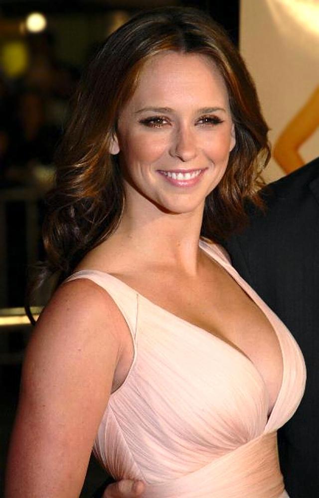 Дженнифер Лав-Хьюитт. Актриса обладает специфической внешностью, которую умело подчеркивает ярким макияжем.