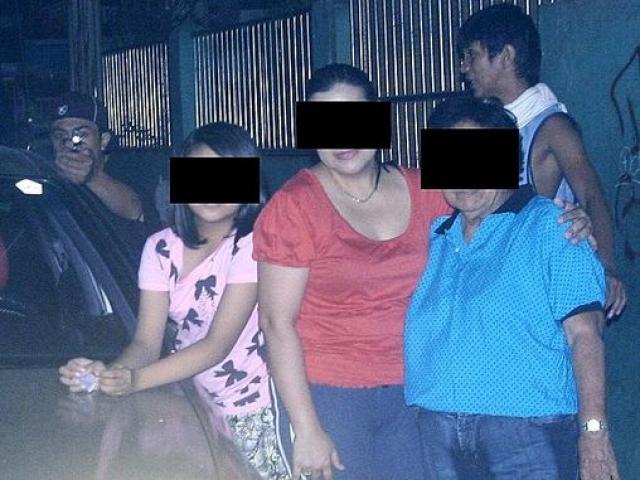 Филиппинский политик Рейнальдо Дагса сделал фото своей семьи, на которой случайно запечатлел своего убийцу.