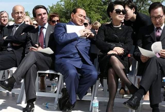 На официальном преми, который давал Белый Дом в Далласе, присутствовал и Сильвио Берлускони. Прием проходил под открытым небом, стояла не жаркая, приятная погода, и экс-глава итальянского правительства заснул. Соседи по ряду сделали вид, что ничего не случилось.