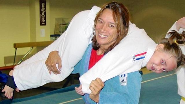 А ведь детство у будущей чемпионки MMA трудно назвать счастливым. Мама Ронды, которая к слову в 1984 году стала первой американкой, выигравшей чемпионат мира по дзюдо, перенесла тяжелые роды: пуповина обмоталась вокруг шеи и едва не задушила девочку. Из-за этого Роузи почти все детство молчала или несла бессвязную тарабарщину. На фото: Ронда с мамой Анной Марией деМарс