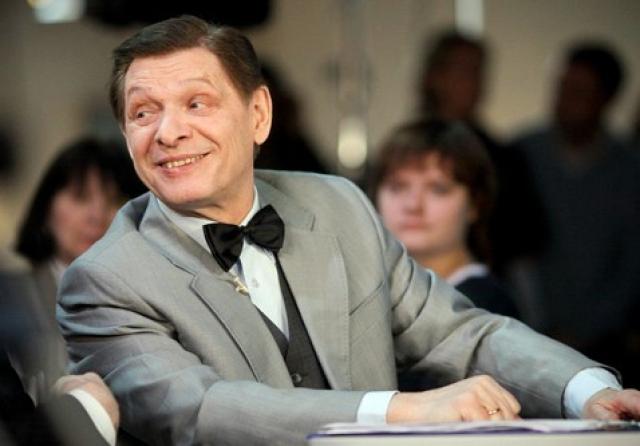 Эдуард Хиль. Юноша, будучи студентом Ленинградского полиграфического техникума, занимался в оперной студии Дворца культуры им. Кирова, работал мастером на фабрике офсетной печати, увлекался живописью, учился в вечерней школе музыкального образования.