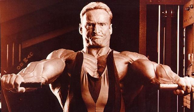 """В 1989 году, став победителем """"World Games"""", Андреас получил статус профессионала IFBB. На пути к своей цели Мюнцер начинает совмещать продолжительные изнуряющие тренировки (по 6 - 8 часов в день) с жесткими диетами. За 10 дней до соревнований он ограничивал потребление воды до 0,5 литра в день, удаляя жидкость из организма."""