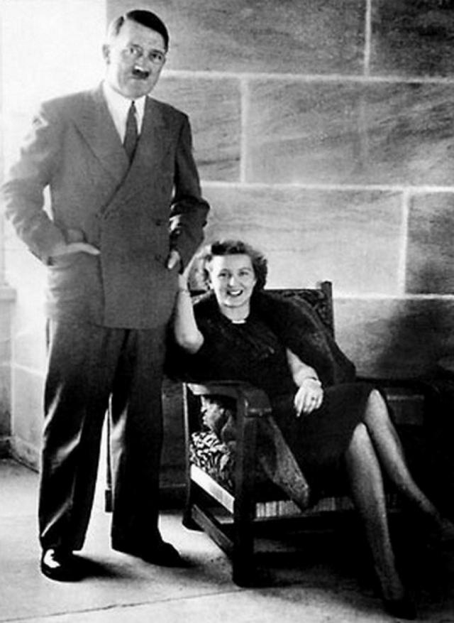 Параллельно роману с Гели фюрер обхаживал новый объект страсти: Еву Браун, девушку, которую он встретил в 1929 году. Их роман длился шестнадцать лет. Ева по мере углубления отношений с фюрером все больше отдалялась от друзей и знакомых.