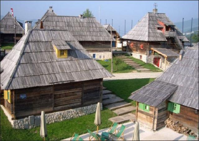 """Сельское поселение возвели для съемок фильма """"Жизнь как чудо"""" на личные деньги Кустурицы."""