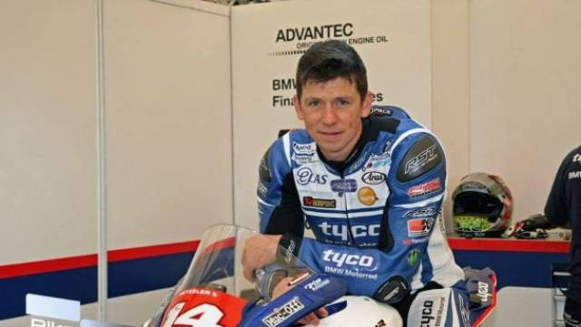 Профессиональный мотогонщик разбился во время первого круга квалификации гонки Isle of Man Tourist Trophy. Он скончался на месте.