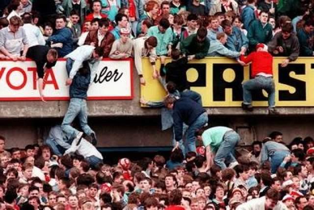 Все началось, когда местные полицейские решили открыть ворота стадиона для того, чтобы уменьшить толпу скопившихся за ними.