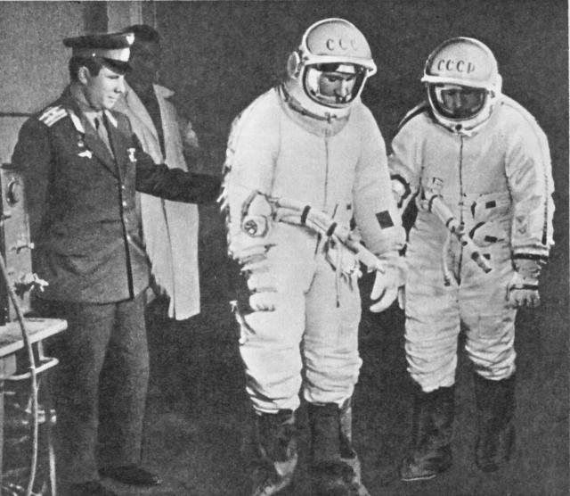 """В 1966 году в июне того же года Гагарин приступил к тренировкам по программе """"Союз"""". Он был назначен дублером Комарова, который совершил первый полёт на новом корабле. Полёт из-за неисправности солнечной батареи был прерван досрочно, а закончился страшной гибелью космонавта из-за неполадок парашютной системы."""