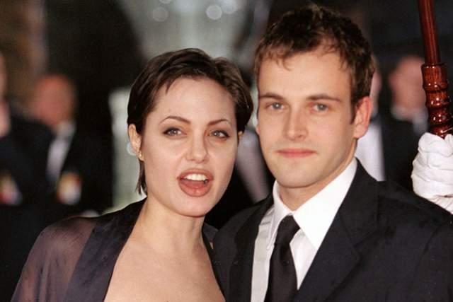 У обоих были типичные для юного возраста жутковатые интересы (тогда Анджелина Джоли увлекалась готической субкультурой), и этого хватило, чтобы спустя два месяца до 21-летия актрисы пожениться.