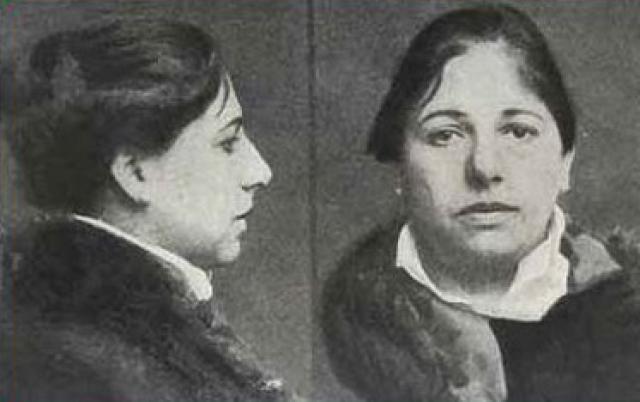 Суд над ней был устроен при закрытых дверях. Ей инкриминировалась передача противнику сведений, приведших к гибели нескольких дивизий солдат. На следующий день нидерландская подданная Маргарета Зелле была признана виновной и приговорена к смертной казни.