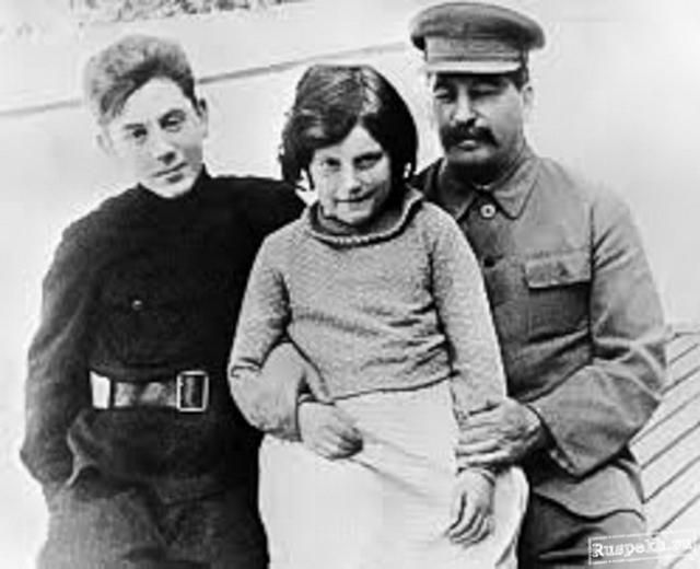 За это отец пренебрежительно называл его волчонком, но Надежда Сергеевна Аллилуева, вторая жена Сталина, заботилась о юноше, а сводные братья и сестра разделяли ее отношение к нему.