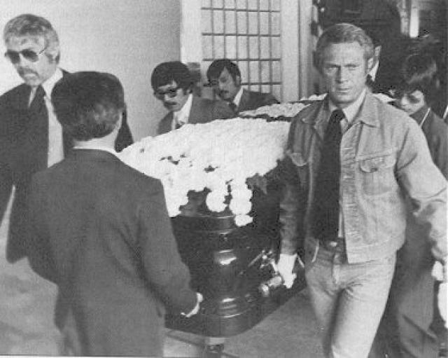Похороны Брюса Ли превратились в общегородской траур. Друзья и тысячи поклонников шли отдать ему последние почести. Затем тело Брюса Ли было переправлено в Сиэтл, где с ним попрощалась семья и где он был похоронен.