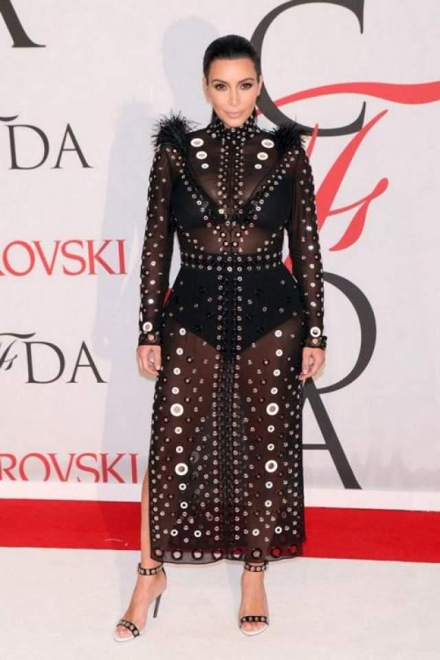 Одежда для будущих мам? Да зачем! В 2015 году объявившая о второй беременности телезвезда Ким Кардашьян-Уэст (38) в тот же день вышла в свет в полупрозрачном платье Proenza Schouler.
