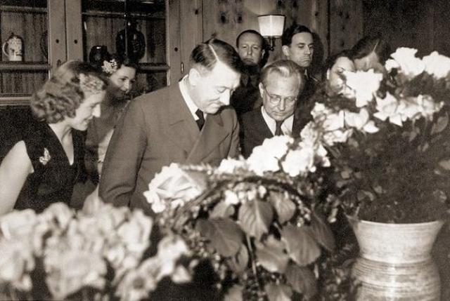На протяжении многих лет Гитлер отказывался жениться на Браун из-за страха того, как это повлияет на его имидж. Тем не менее, он решил это сделать, когда немцам сулило поражение. Гитлер и Браун поженились в ходе гражданской церемонии в бункере, где нацисты скрывались в Берлине.