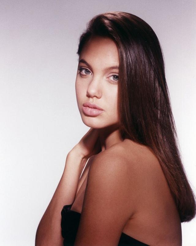 Анджелина Джоли. Еще до окончания средней школы Анджелина начала карьеру в модельном бизнесе. На фото ей 14 лет, это ее первая фотосессия в 1989 году.