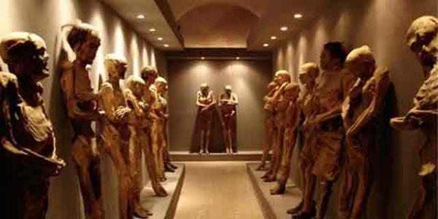 Музей мумий, Гуанахуато, Мексика. Когда на городском кладбище в Гуанахуато не осталось вакантных мест, власти решили эксгумировать особо древних мертвецов и выставить в стеклянных витринах специального музея.