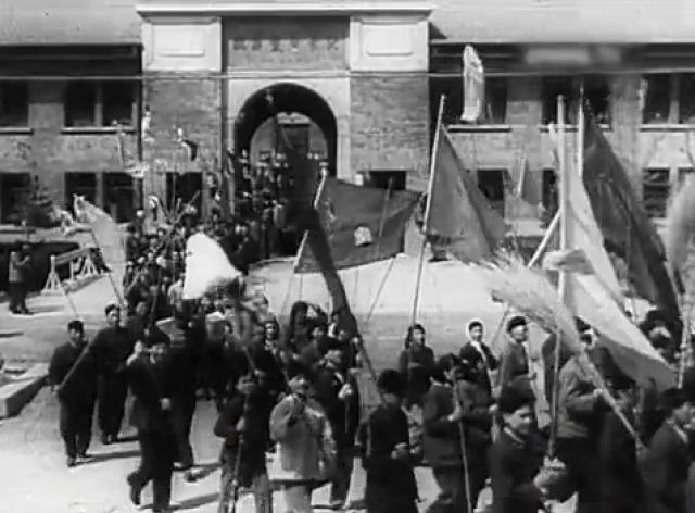 Как и водится в обществе с тоталитарным режимом культа личности, народ воспринял призыв вождя с восторгом.