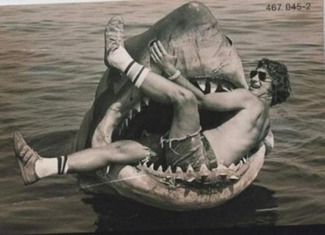 Челюсти Стивен Спилберг в акульей пасти.