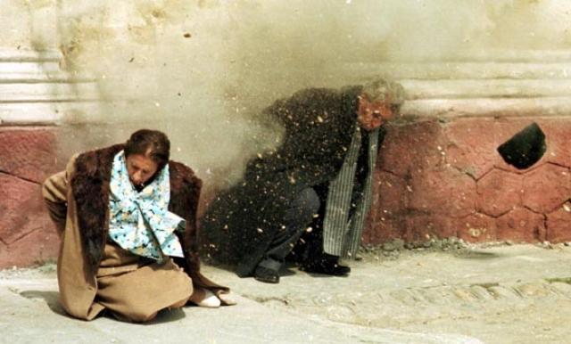 Казнили супругов Чаушеску солдаты-десантники, выбранные из сотни добровольцев.Причём стрельба произошла настолько быстро, чтобы съёмочная группа не успела полностью снять историческое событие.